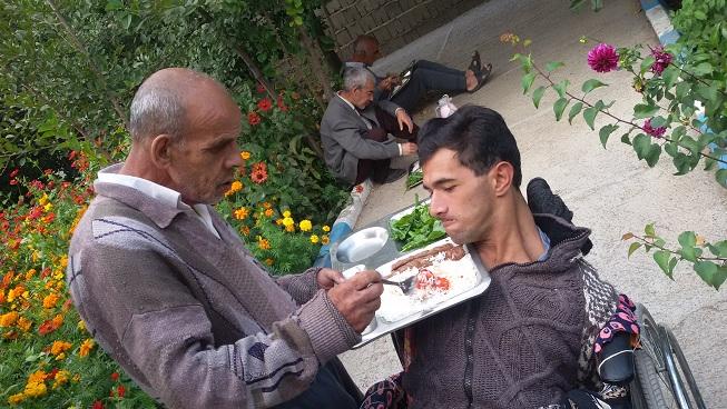 برگزاری سفره احسان حضرت ابوالفضل توسط فردی خیر برای مددجویان مرکز خیریه سراب